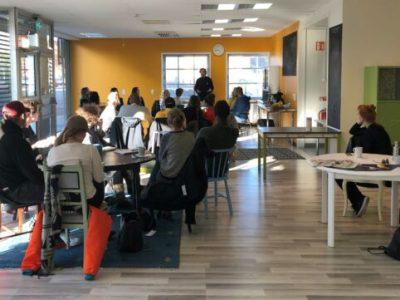 En grupp människor lyssnar på en talare. Bilden är tagen vid en tidigare entreprenörsträff anordnad av Case Sofielund 2030